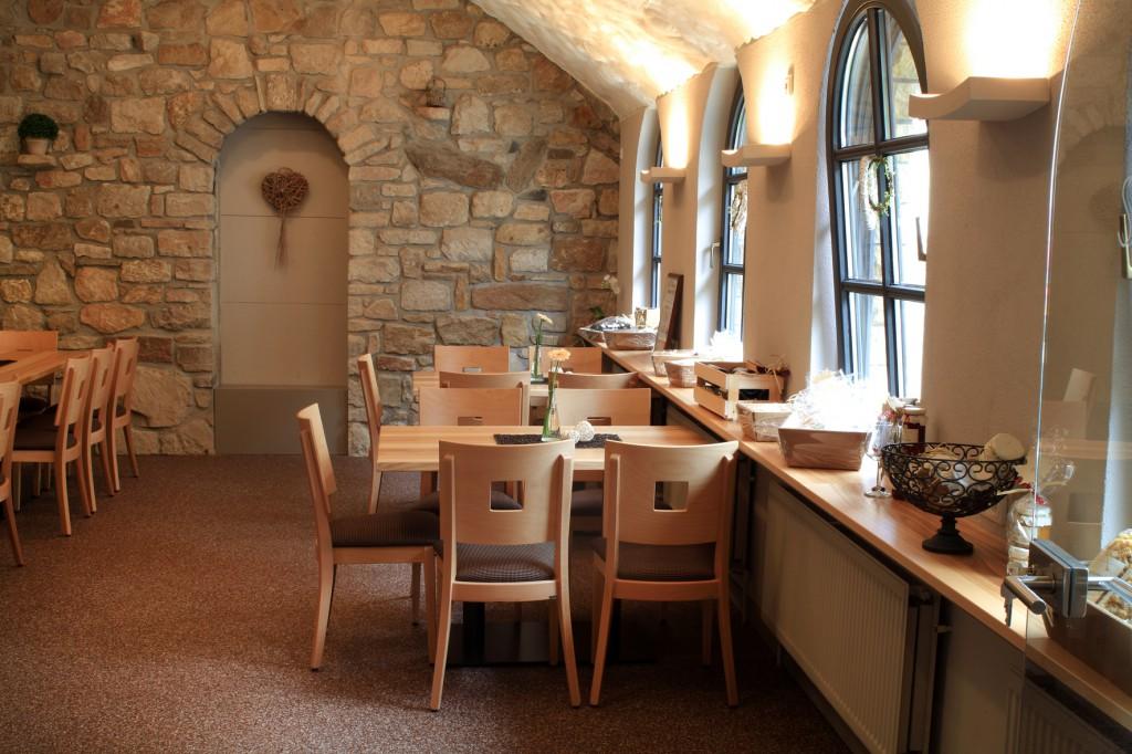 Kuschelig: Stilvolles Gewölbe mit Stühlen Lido und passenden Holztischen in der Vinothek des Weinguts Schlossgartenhof. Weingut-Gastronomien