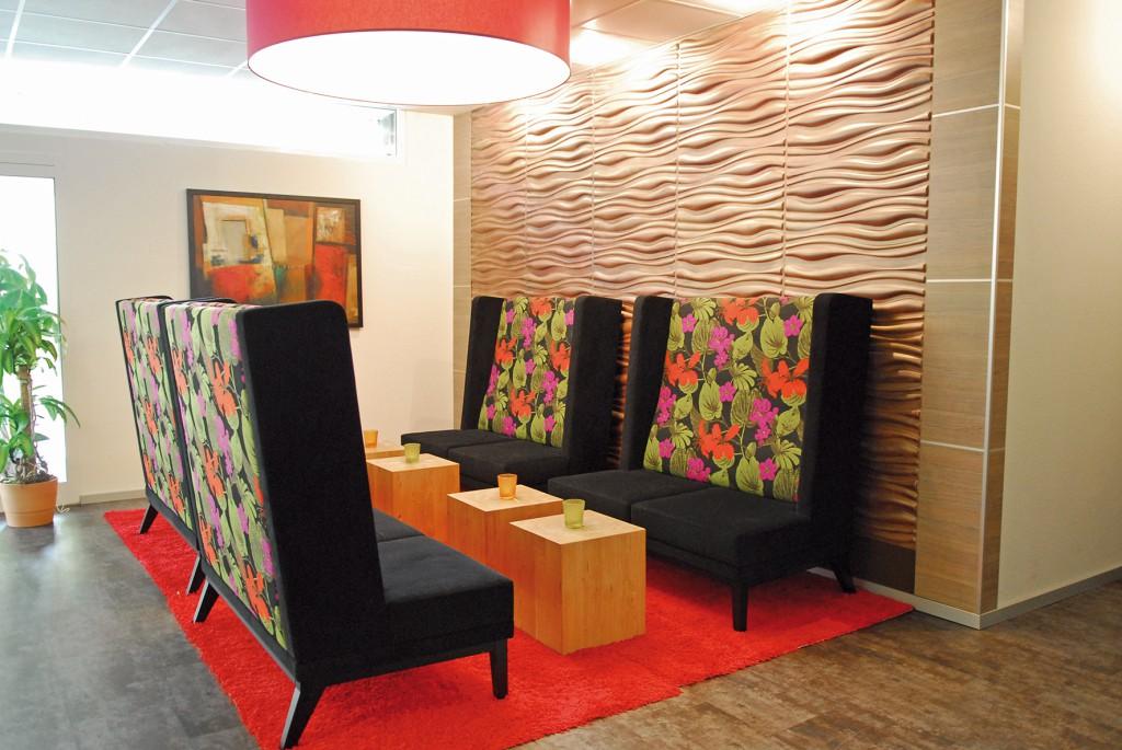 """Hier ist """"Wohnfühlen"""" Programm Loungebereich von Schnieder im IBIS Styles Hotel Arnsberg"""