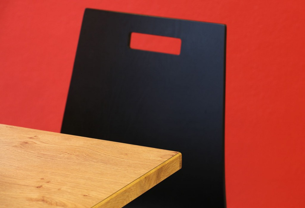 Schönes Farbspiel aus Schwarz, Rot, Weiß und Grün Hochschulmensa Möblierung