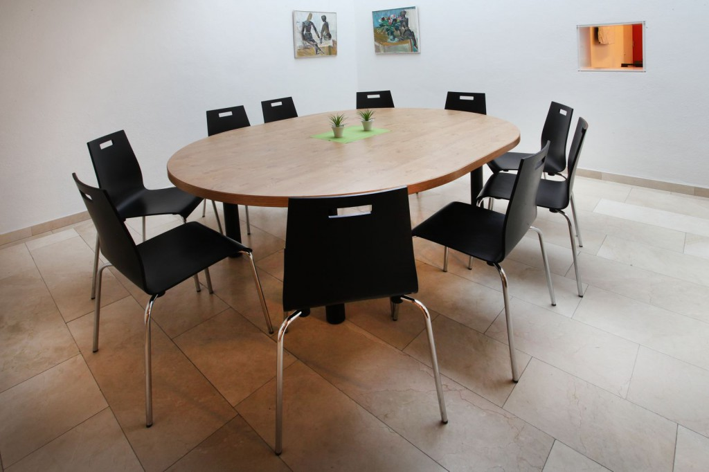 Für kleine Runden: der ovale Tisch, Hochschulmensa Möblierung