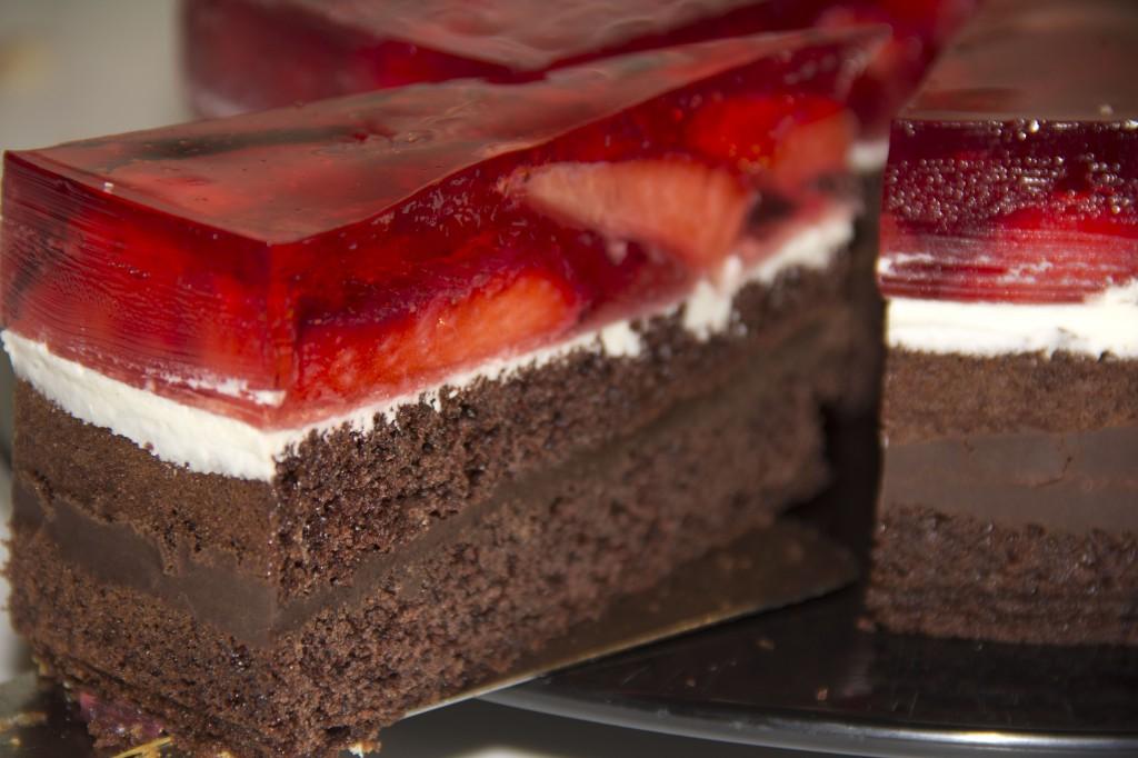 Spezialität des Hauses: Pralinentorte mit frischen Erdbeeren
