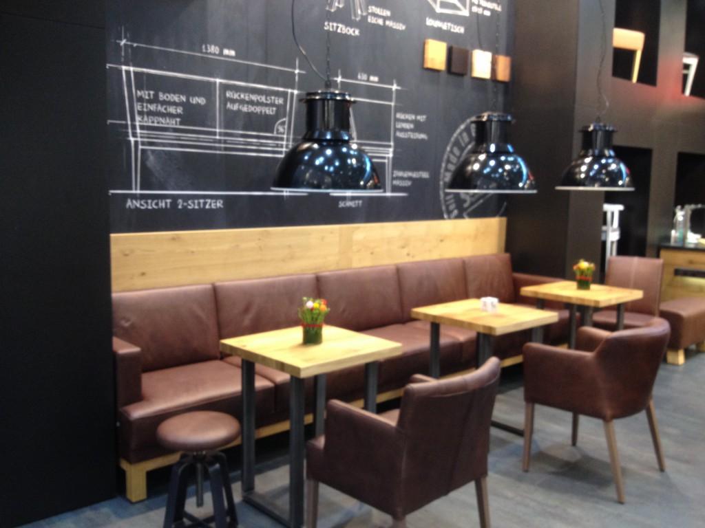Behaglich und natürlich: mit hochwertigem Leder gepolsterte Sitzgruppen und helle Holztischchen Möbeltrends