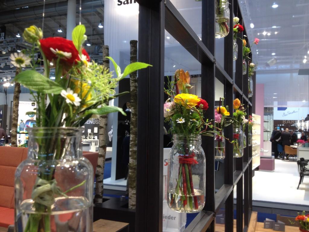 Möbeltrends Auffälliger Blumenschmuck - hier im Raumteiler dekoriert