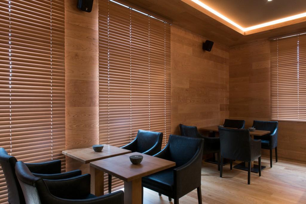 Hotelbar Edel: Schwarzes Leder und Kirschholz - Sessel Amadeo von Schnieder