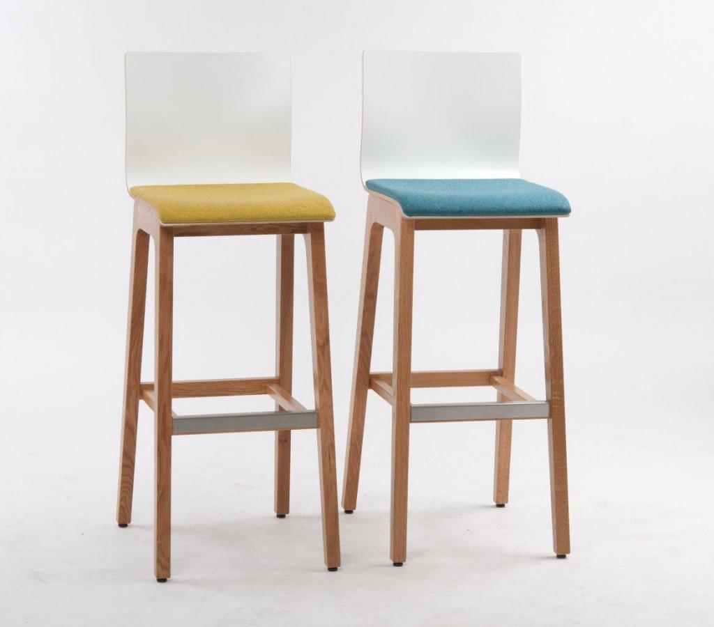 Hocker 10769 mit leichten Auflagen in frischen Farben. Schalenstühle und Hocker