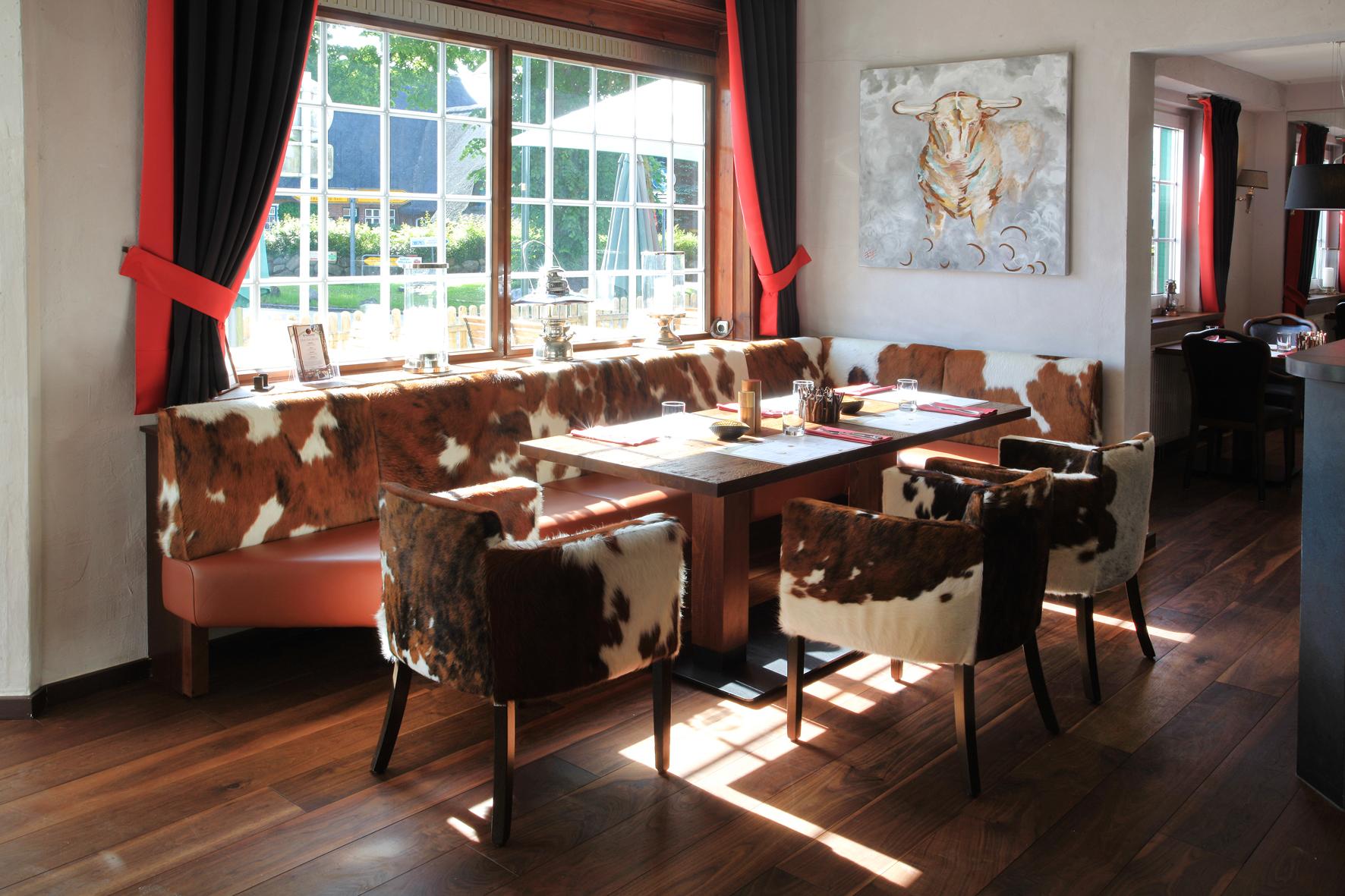 Durchdachte Restaurant Einrichtung: Individuell eingepasste Polsterbank von Schnieder
