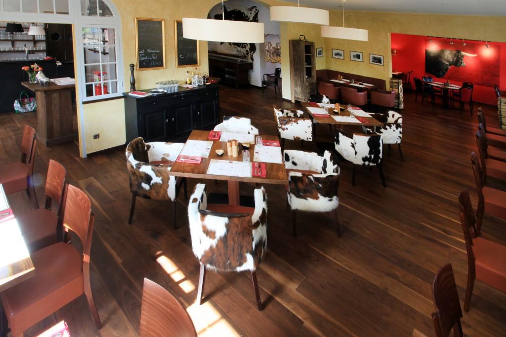 """Restaurant EinrichtungBlick in den Raum mit Stuhlsessseln """"Cadiz"""""""