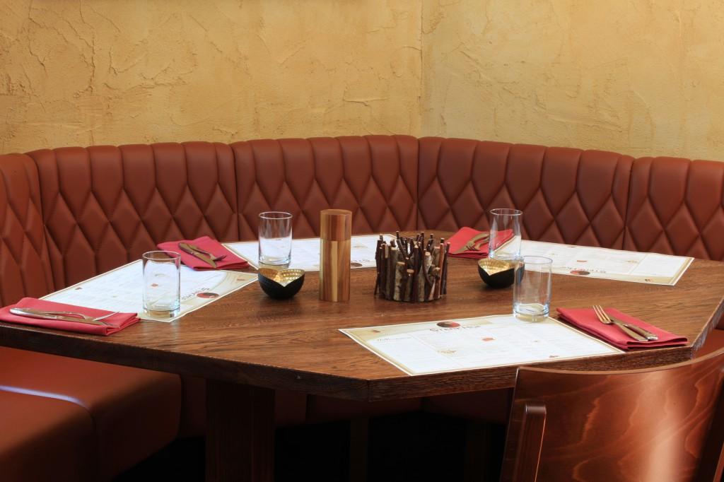Gemütlich: Leder-bezogene Vollpolsterbänke mit aufwändiger Rautensteppung. Restaurant Einrichtung