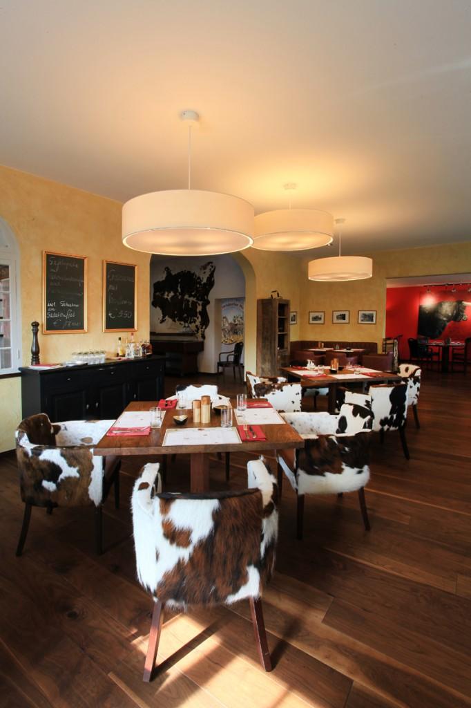 Warmes Ambiente mit Gelb, Rot und Holz. Restaurant Einrichtung