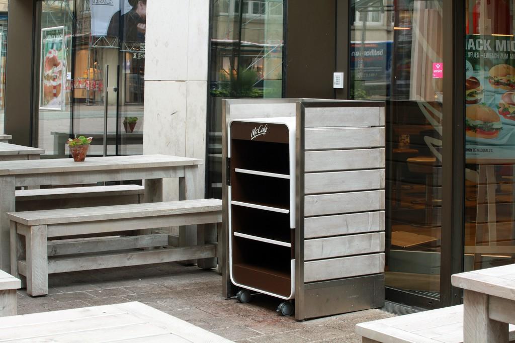 Außengastronomie Praktisch für Self-Service Restaurants: Tablettwagen in der Optik des Outdoor Mobiliars