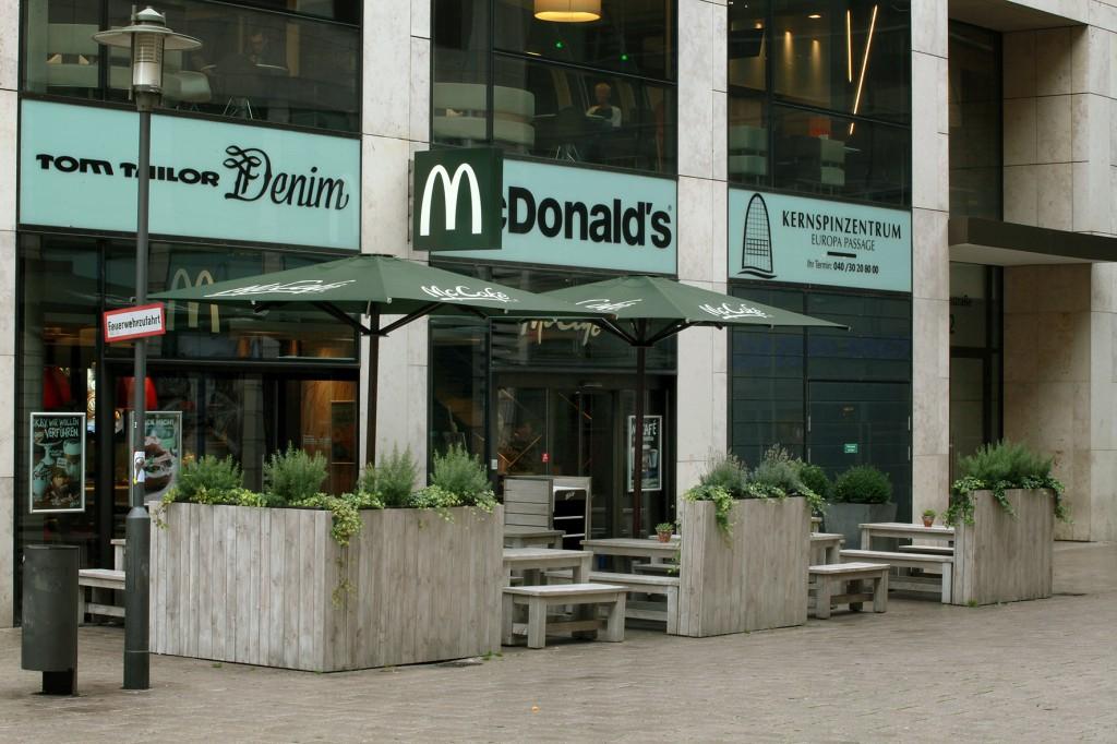Raumteiler strukturieren die Outdoor-Restaurant-Fläche. Outdoormöbel