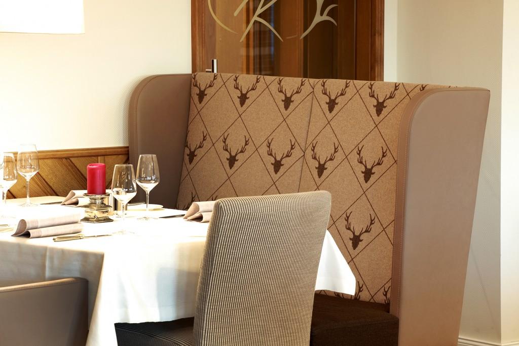Passt zum rustikal-eleganten Ambiente im Hotel-Restraurant: Ohrenbank mit Hirschmuster