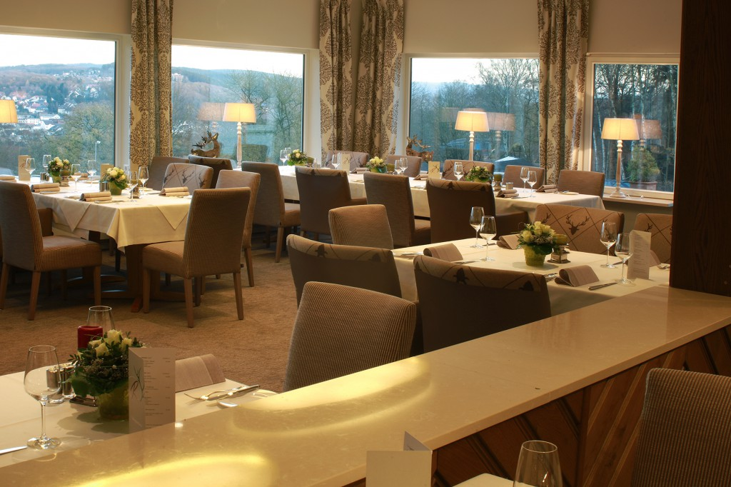 Restaurant mit traumhaftem Ausblick auf Wälder und Hügel