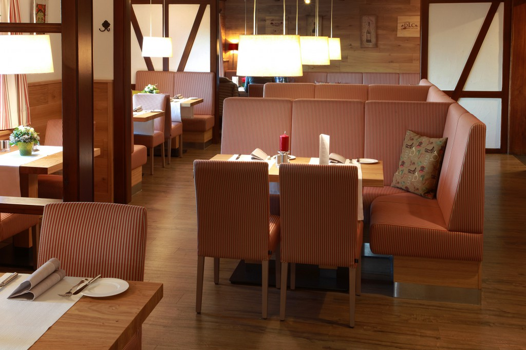 Sitznischen schaffen eine private Atmosphäre im Hotel-Restaurant Rodelhaus