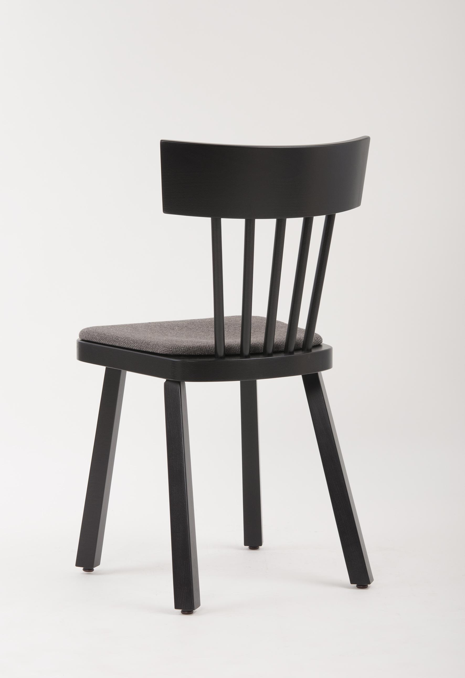 Zu den Schnieder Möbelneuheiten gehört auch Massivholzstuhl Lasse mit Polstersitz
