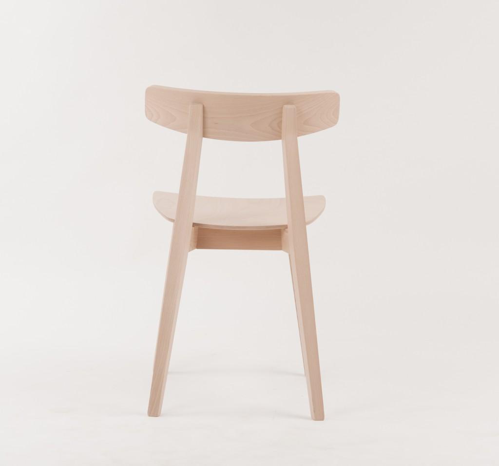 Gastronomiestuhl Mats Von hinten sieht man deutlich die schlanke A-Linie des Stuhls