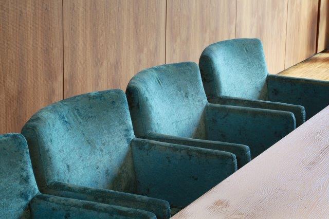 """Mitarbeiterkantine Die Farben des Corporate Designs werden bewusst als Akzente eingesetzt, zum Beispiel bei den Stuhlsesseln """"Eddy"""" von Schnieder."""