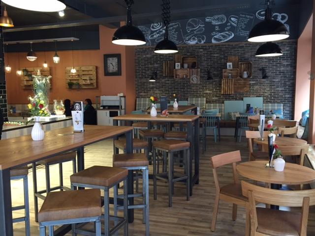 Inneneinrichtung Caféhaus Verschiedene Sitzzonen lockern die Gestaltung des Raumes auf