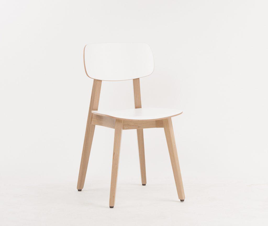 Der Stuhl Torge - hier mit Sitz und Rücken aus attraktivem Schichtholz mit weißer Oberfläche; passend dazu gibt es jetzt Barstühle