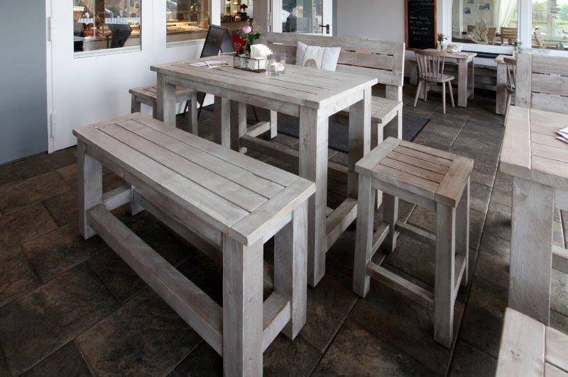 Rustikal-behaglich: Bänke und Tische von Schnieder