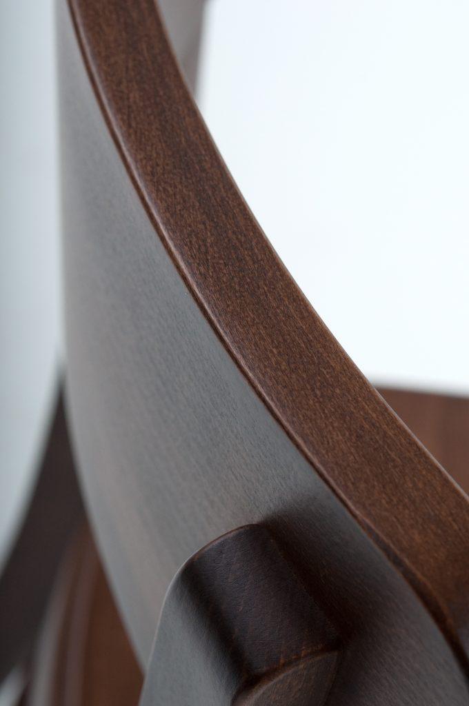 Frankfurter Küchenstuhl mit starken Details: Dampfbiegen, gebogener Stuhlrücken