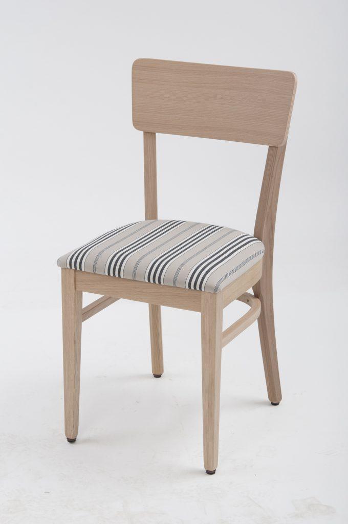 Der Frankfurter Stuhl wirkt auch in hellem Holz