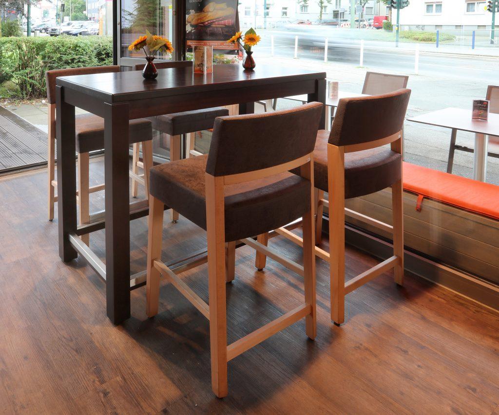 Bäckereieinrichtung mit optimalem Platzangebot auf kleinem Raum: Barstühle von Schnieder