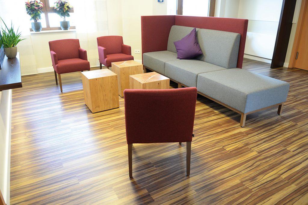 Lobby modernisiert mit Sesseln, Sofa und Tischen von Schnieder
