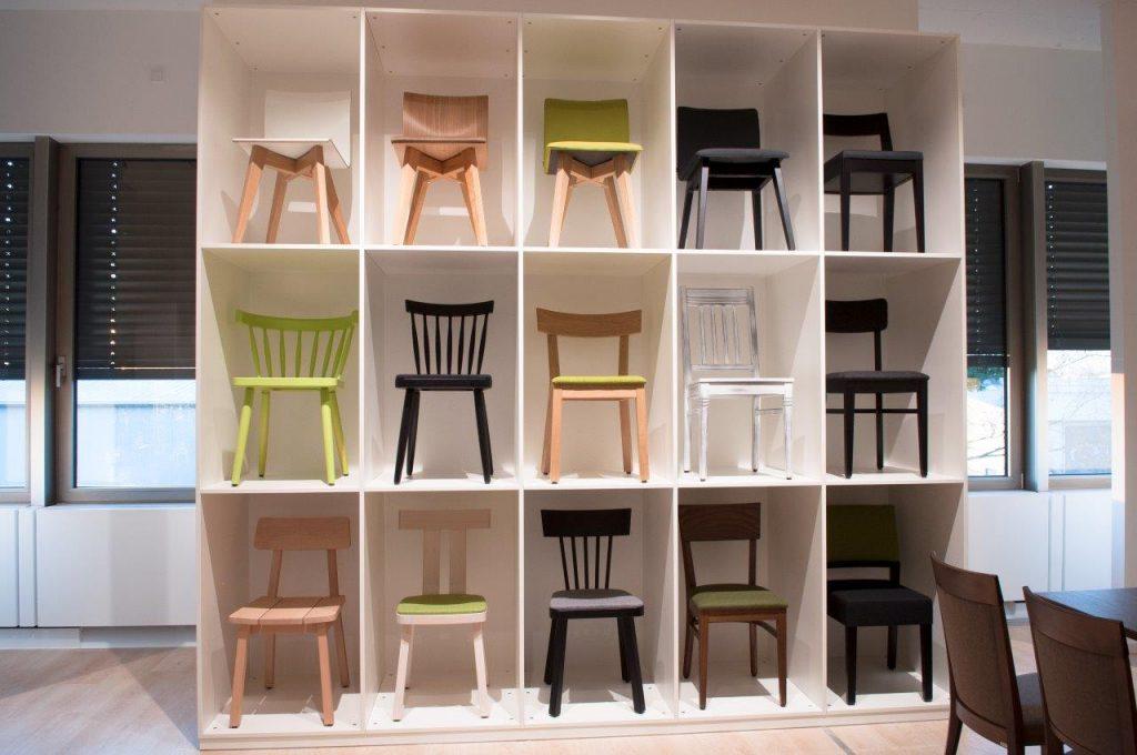 Stühle in der Ausstellung