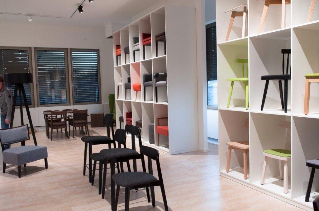 Showroom mit Stühlen verschiedener Höhen