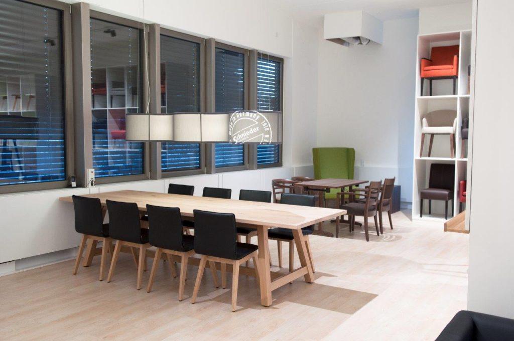 Showroom mit Besprechungstisch für Kunden