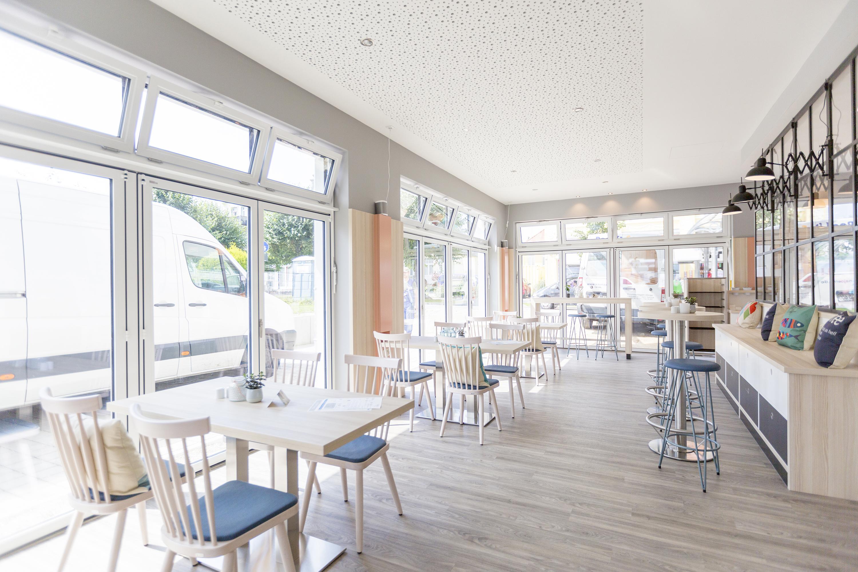Lichtdurchflutete Café-Einrichtung im Scandi-Stil