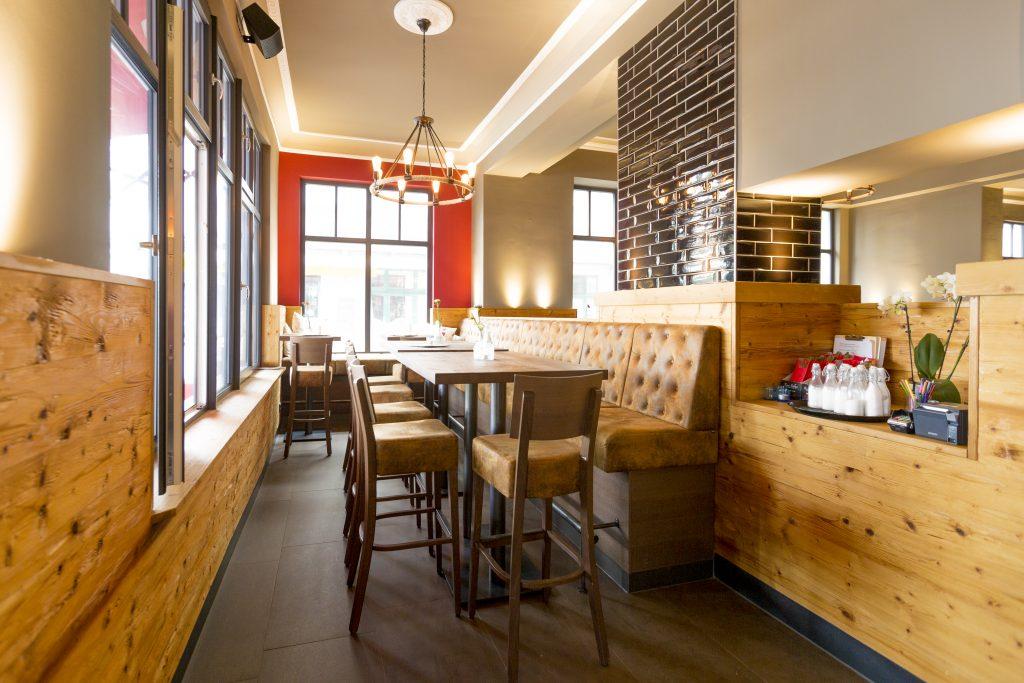 Restaurant-Einrichtung. Erhöter Sitzbereich - Gastronomieeinrichtung