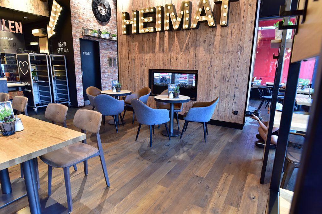 Einrichtung Bäckerei und Café, Sessel Tina, Tische 30536 Sonderanfertigung