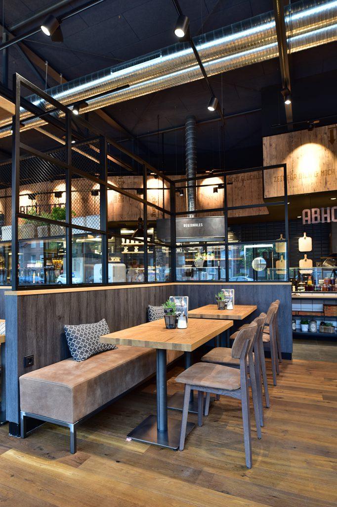 Caféeinrichtung, Stühle, Tische, Bänke, Raumteiler